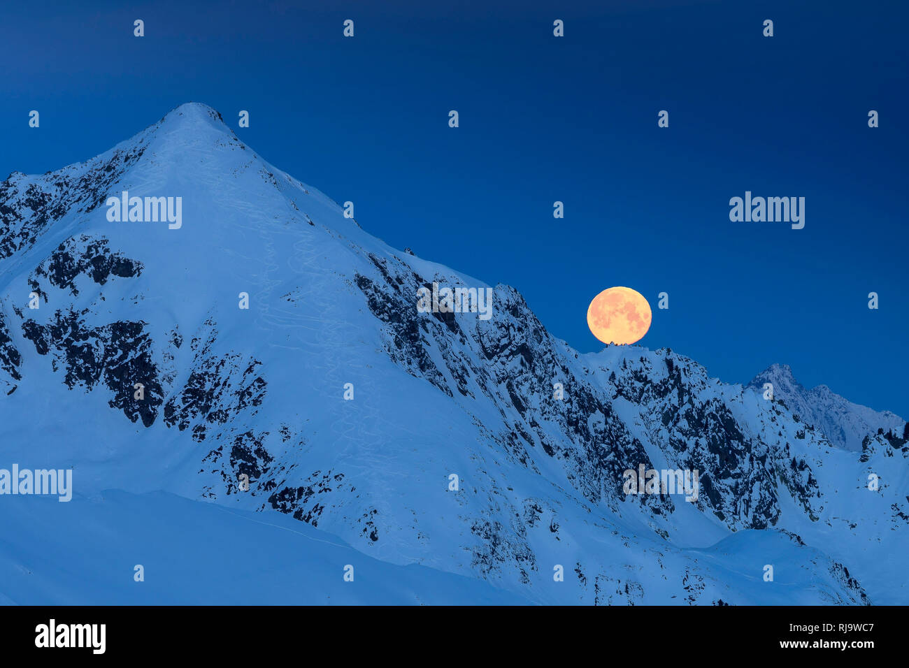 Österreich, Tirol, Stubaier Alpen, Kühtai, Sellrain, Der 'Schneemond' versinkt hinter der Vorderen Karlesspitze - Stock Image