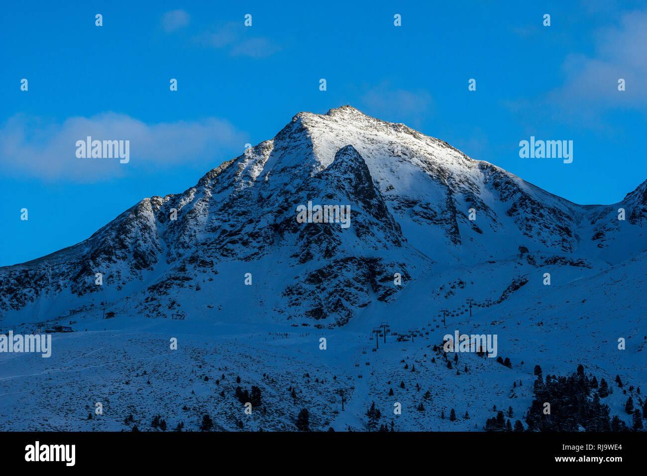 Österreich, Tirol, Stubaier Alpen, Kühtai, Die letzten Sonnenstrahlen auf dem Gipfel des Gaiskogel - Stock Image