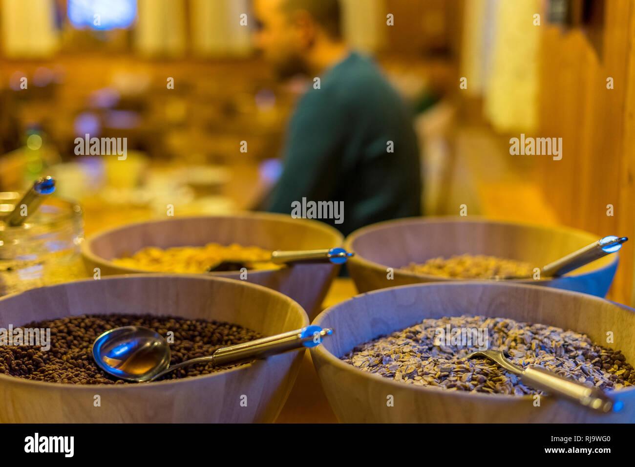Österreich, Tirol, Stubaier Alpen, Gries im Sulztal, Frühstücksbüffet auf der Amberger Hütte mit Müsli und Gast im Hintergrund - Stock Image