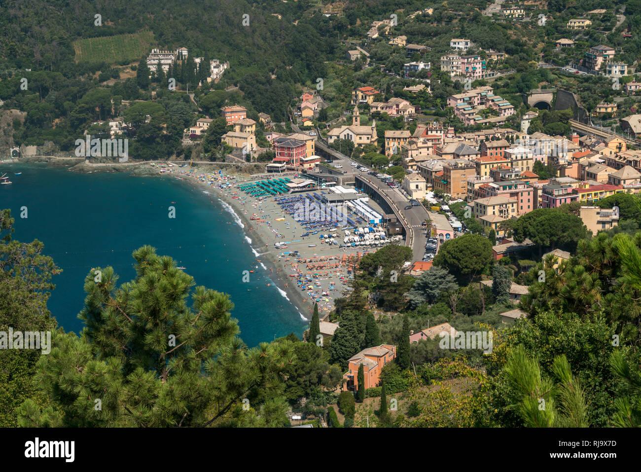 Blick von oben auf Strand und den Ort Levanto, Riviera di Levante, Ligurien, Italien  |  View from above to beach and village Levanto, Riviera di Leva - Stock Image