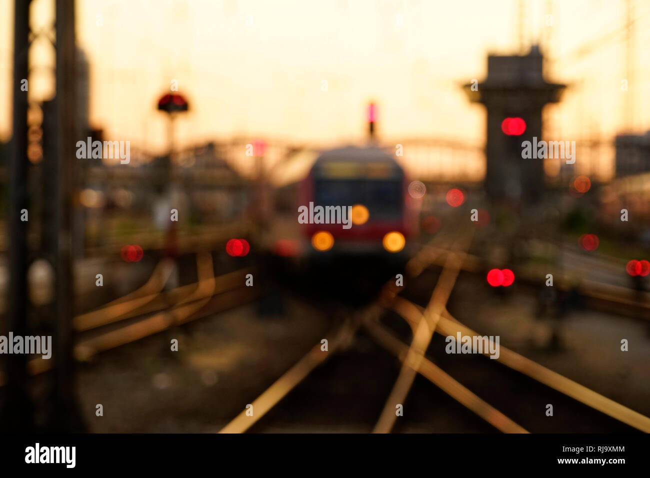 Deutschland, Bayern, München, Hauptbahnhof, Gleisanlage mit Kreuzung, Zug, Abendstimmung, unscharf, verschwommen Stock Photo