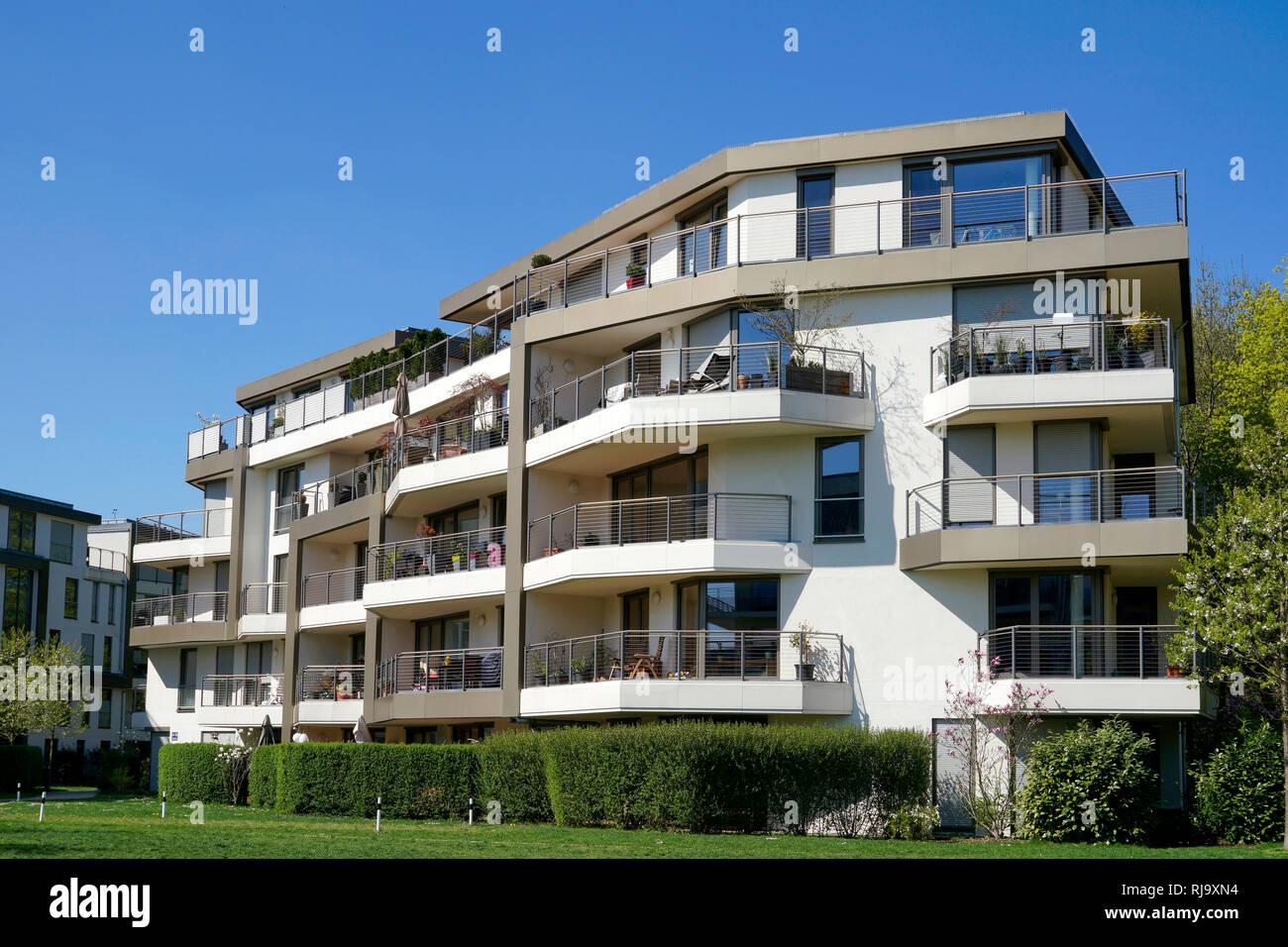 Deutschland, Bayern, München, Neuhausen, Wohnanlage, Balkone, Grünanlage - Stock Image