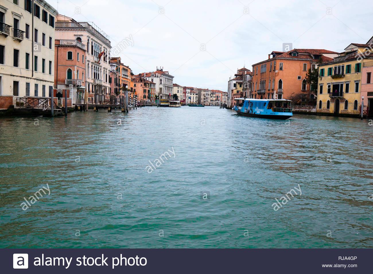 Blick von einem Kanal auf die Häuser in Venedig - Stock Image