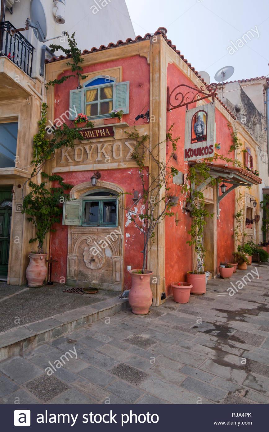 Eigenwilliger Baustil einer rustikalen Taverne in Pilos in Griechenland - Stock Image