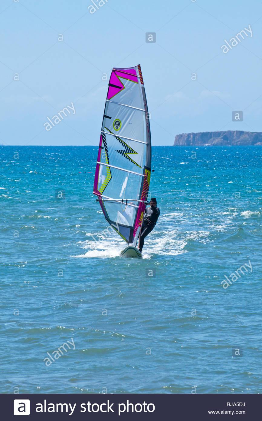 Surfer in der Ochsenbauchbucht am Peloponnes in Griechenland - Stock Image