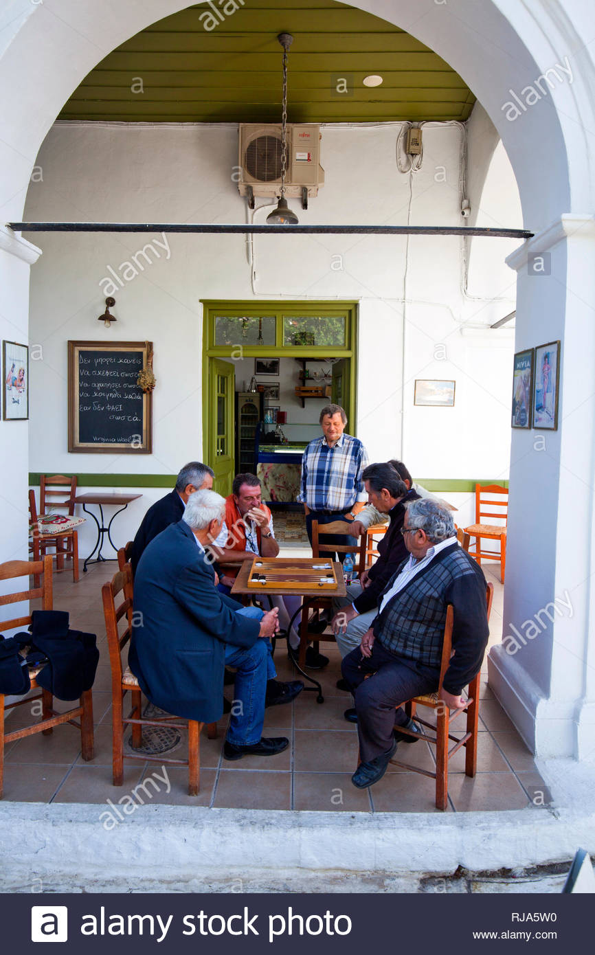 griechische Männer beim Brettspiel in Griechenland - Stock Image