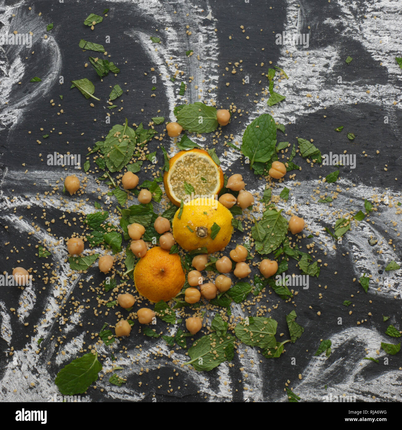 Marokkanisches Stilleben mit Couscous und Minze Stock Photo