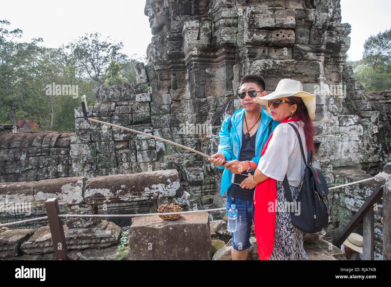 Siem Reap, Angkor, Tempel Bayon, von Touristen überlaufen, Paar beim fotografieren, Selfie - Stock Image