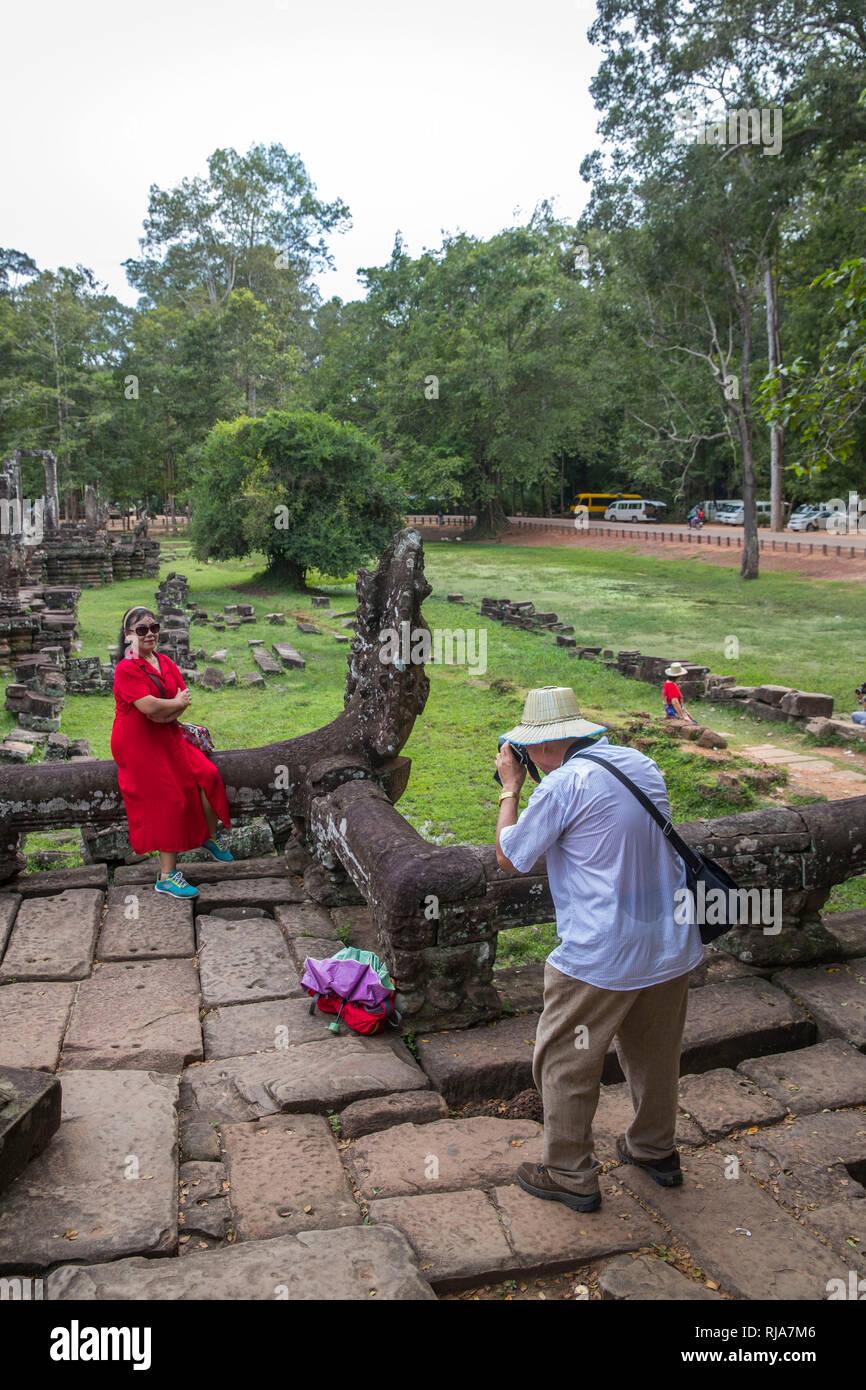 Siem Reap, Angkor, Tempel Bayon, von Touristen überlaufen, Tourist beim Fotografieren - Stock Image