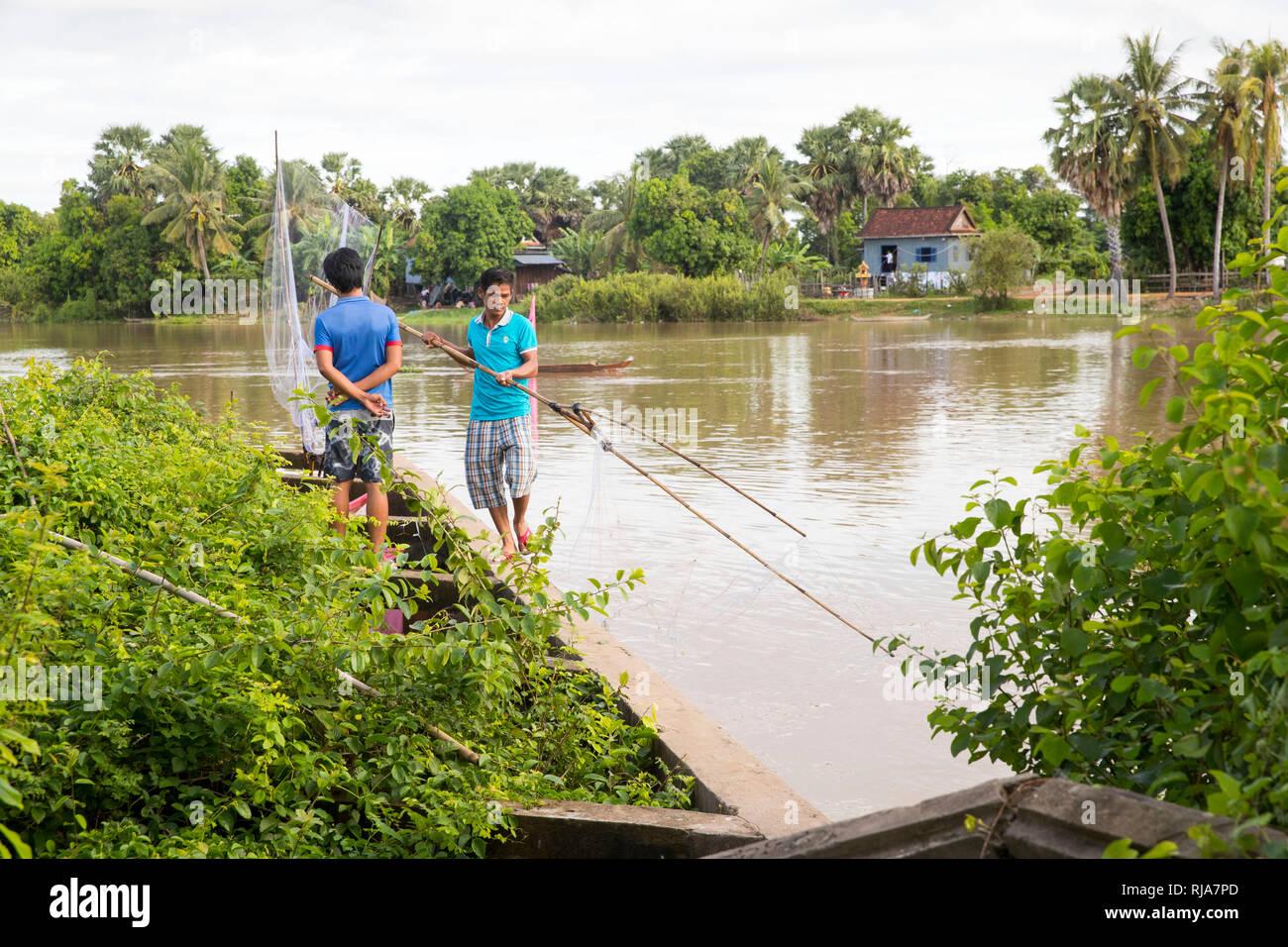 Straßenszene, Fischen an einem Fluss - Stock Image