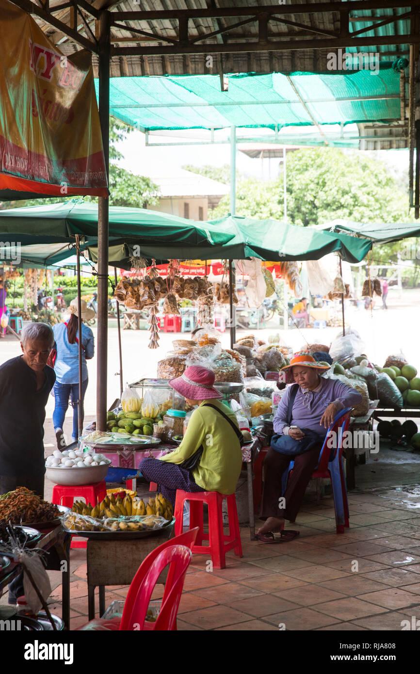Kampong Cham, Markthalle, Frauen verkaufen gegrillte Lebensmittel - Stock Image