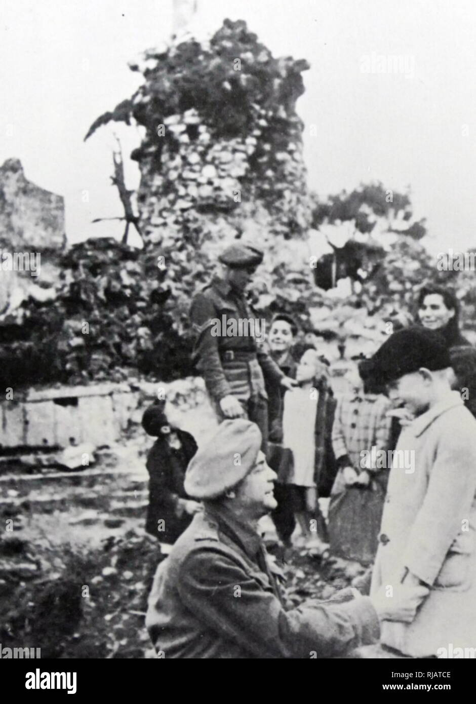 Jewish Holocaust survivors in Italy meeting soldiers from the Jewish Brigade (Jewish soldiers from Palestine, serving in the British Army).  1945 - Stock Image