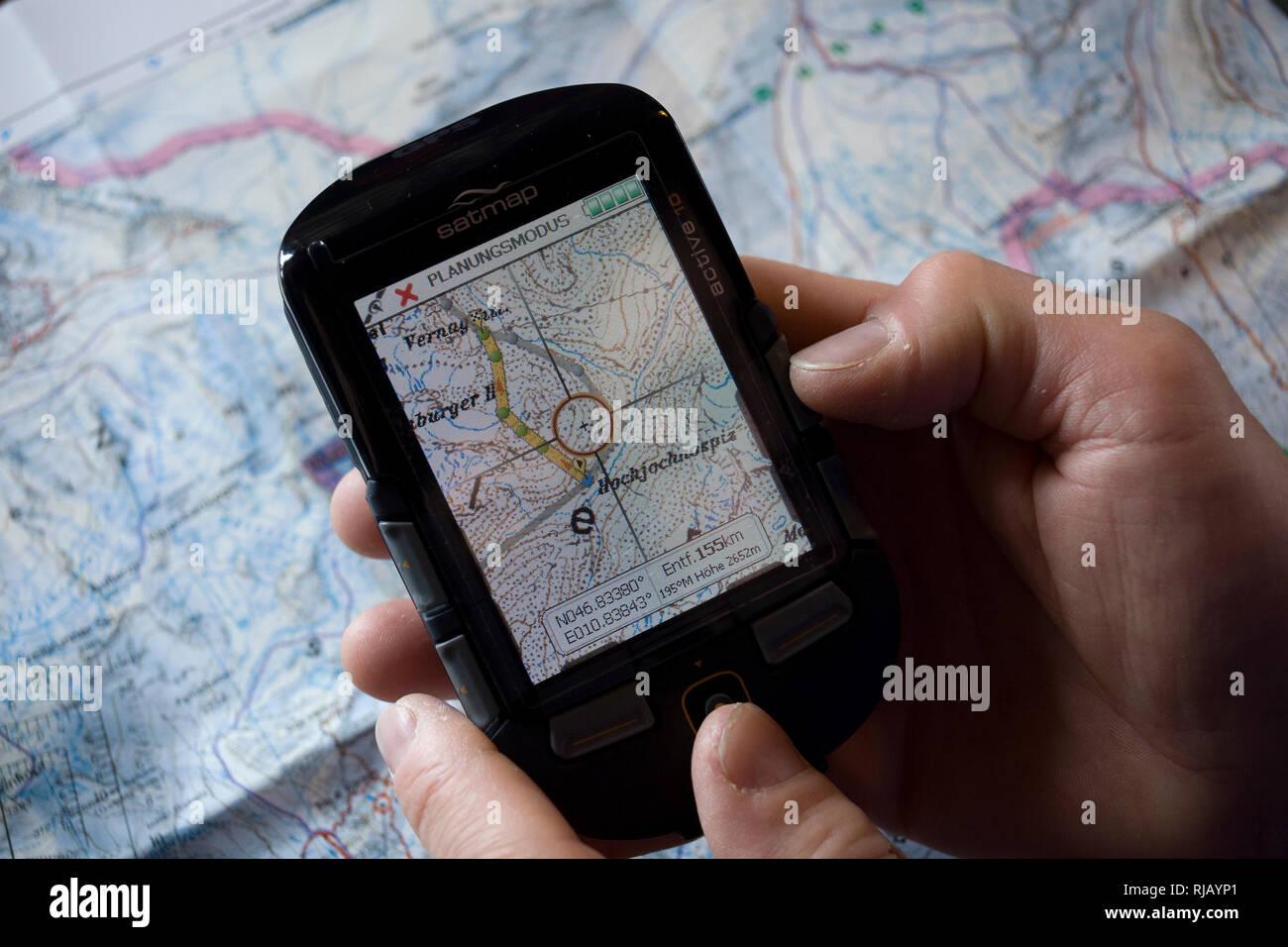 Kartenstudium und GPS Gerät im Hochjochhospiz, Ötztaler Alpen, Tirol, Österreich. Stock Photo