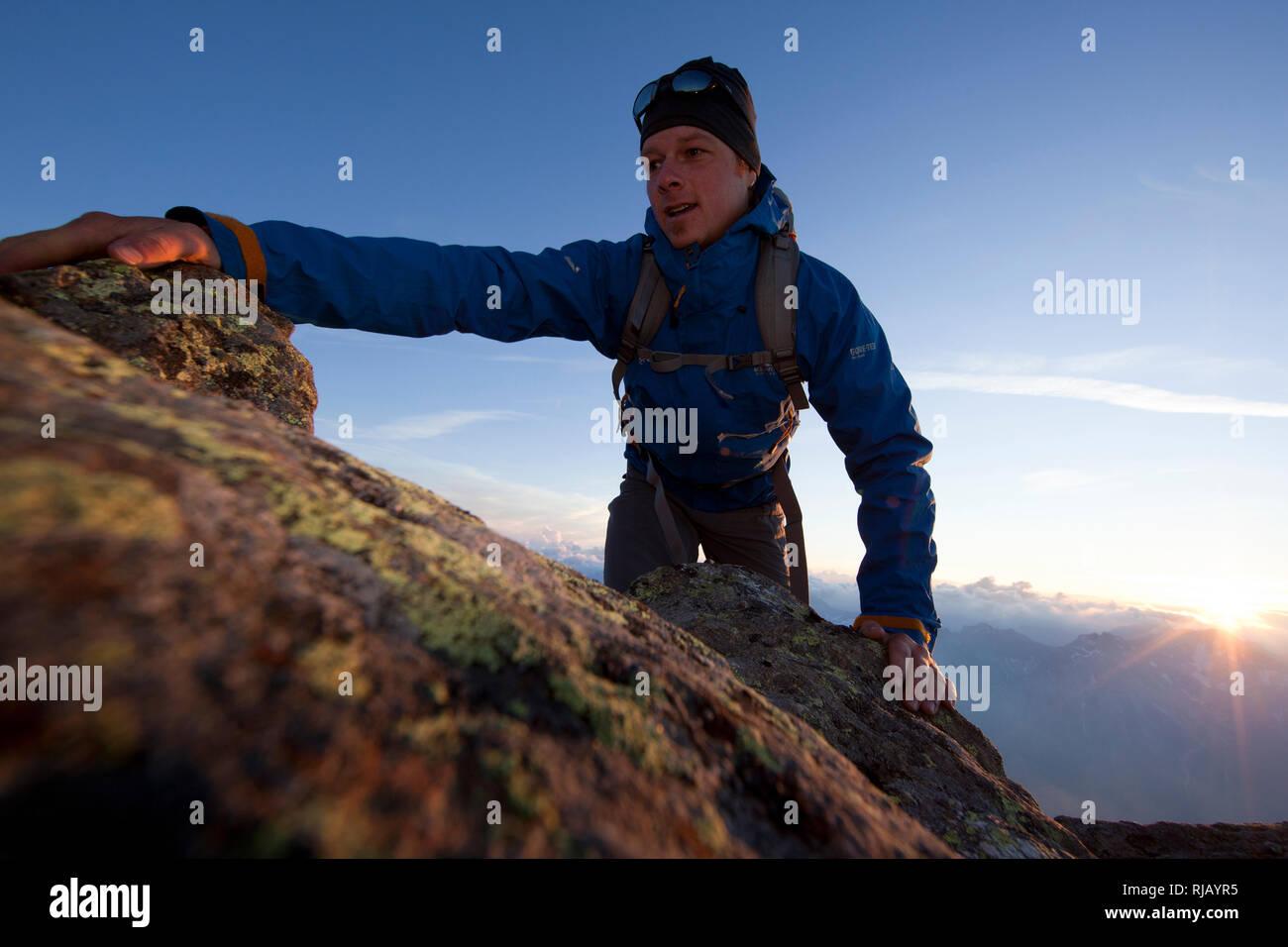 Bergsteiger am Gipfelgrat des Hohen Riffler, Verwall, Tirol, Österreich Stock Photo