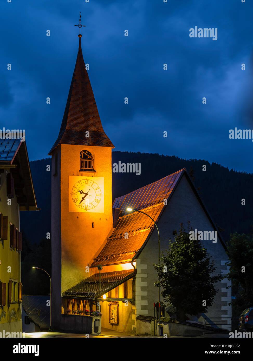 Beleuchtete Kirche in Davos Wiesen in Graubünden - Stock Image