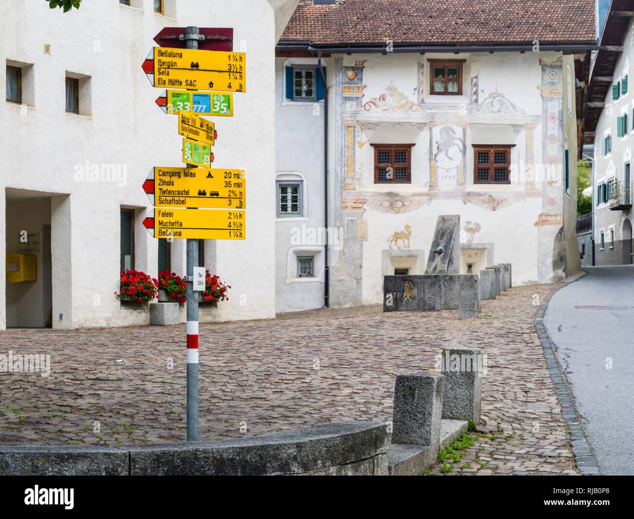 Historischer Dorfkern von Filisur in Graubünden mit Wander-Wegweisern Stock Photo