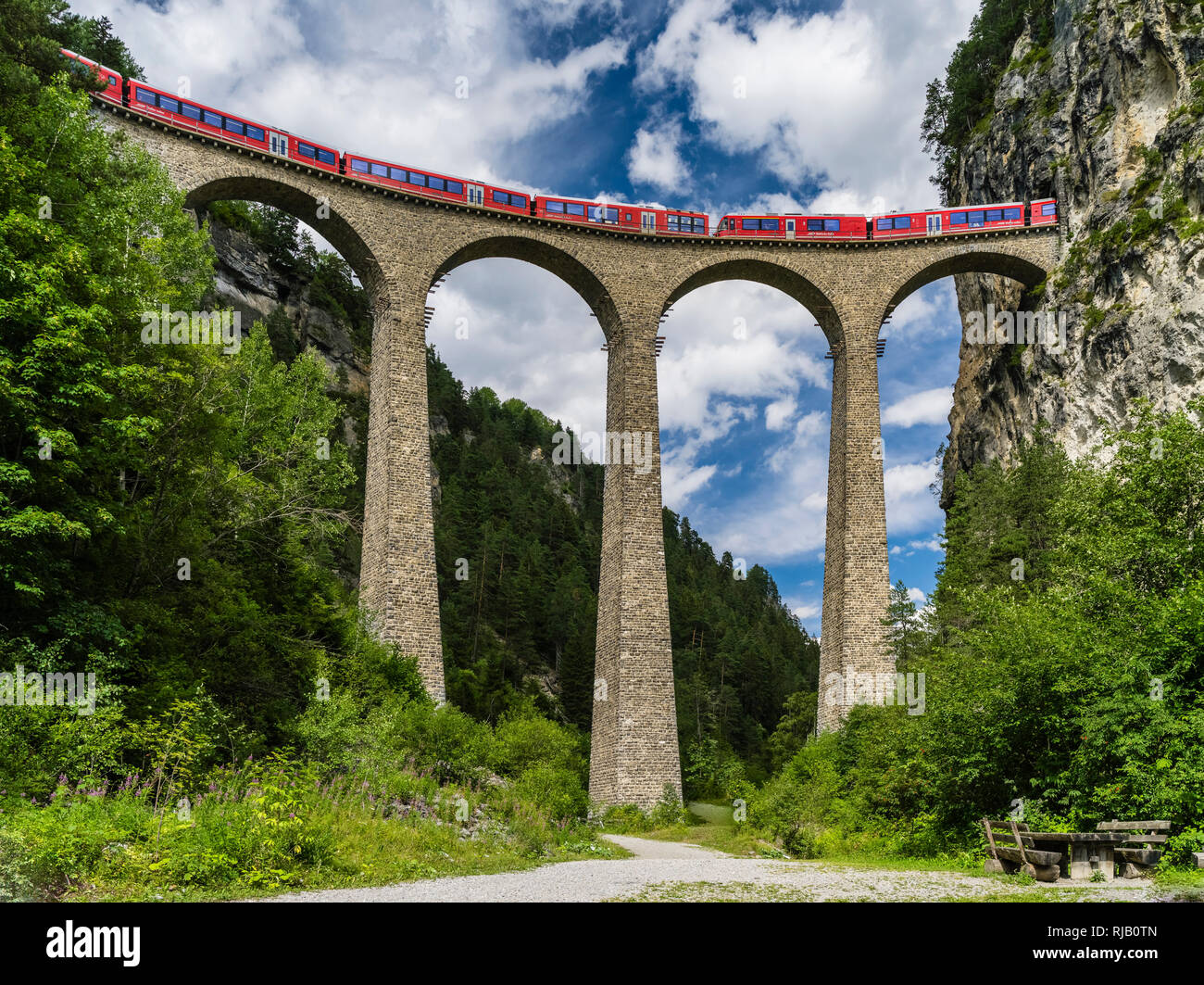 Landwasserviadukt der Rhätischen Bahn bei Filisur in Graubünden Stock Photo