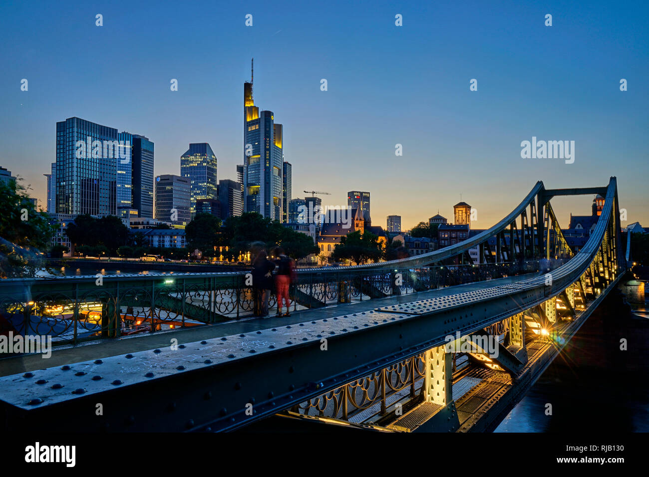 Deutschland, Hessen, Frankfurt am Main, Blick vom Eisernen Steg auf das Bankenviertel, abends - Stock Image