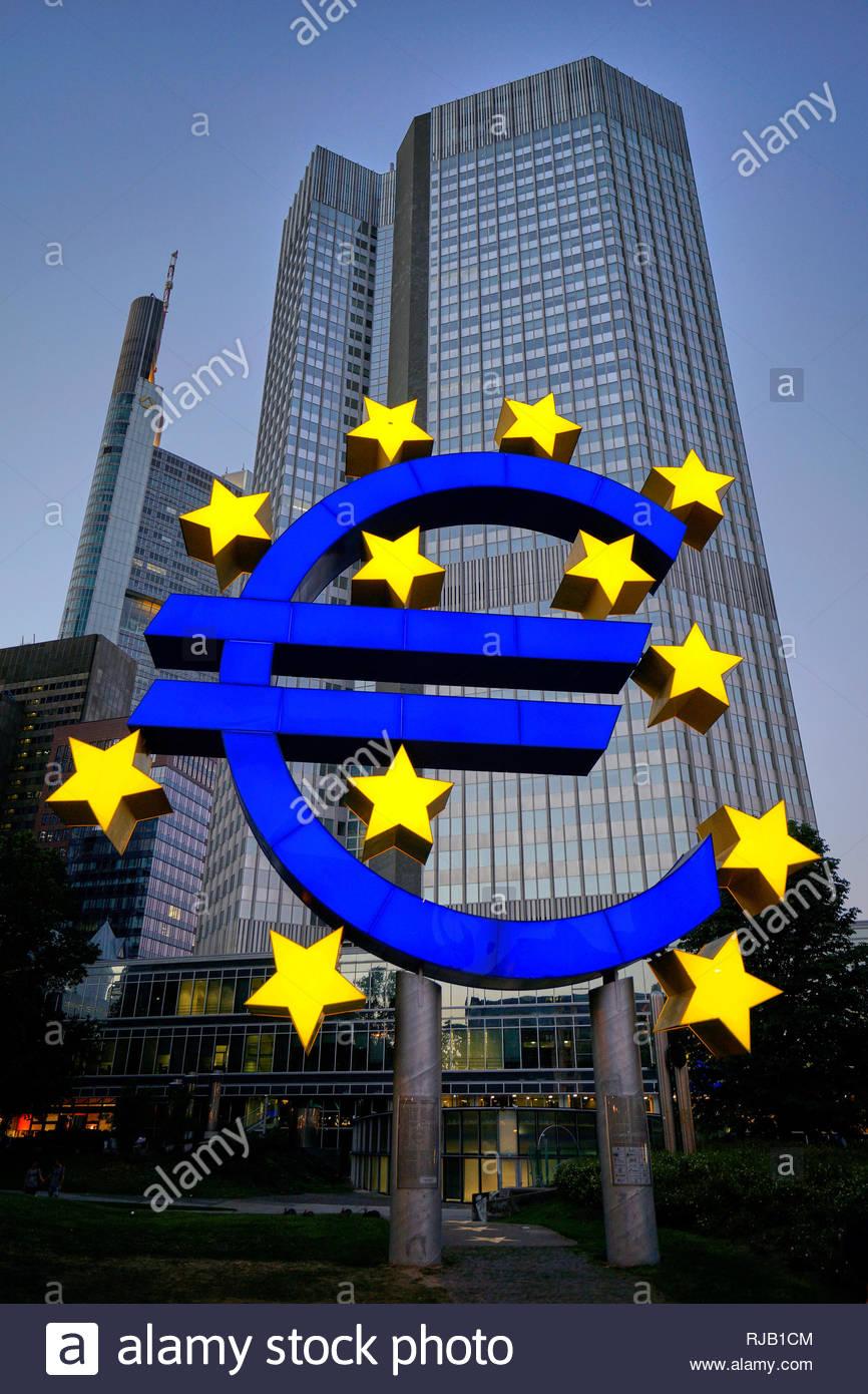 Deutschland, Hessen, Frankfurt am Main, EZB-Hochhaus, EURO-Zeichen - Stock Image