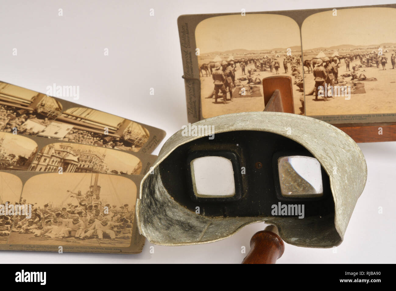 Victorian stereoscopic viewer with a view of troops in the South African War in the holder.Other cards in the set depicting that conflict also shown. - Stock Image