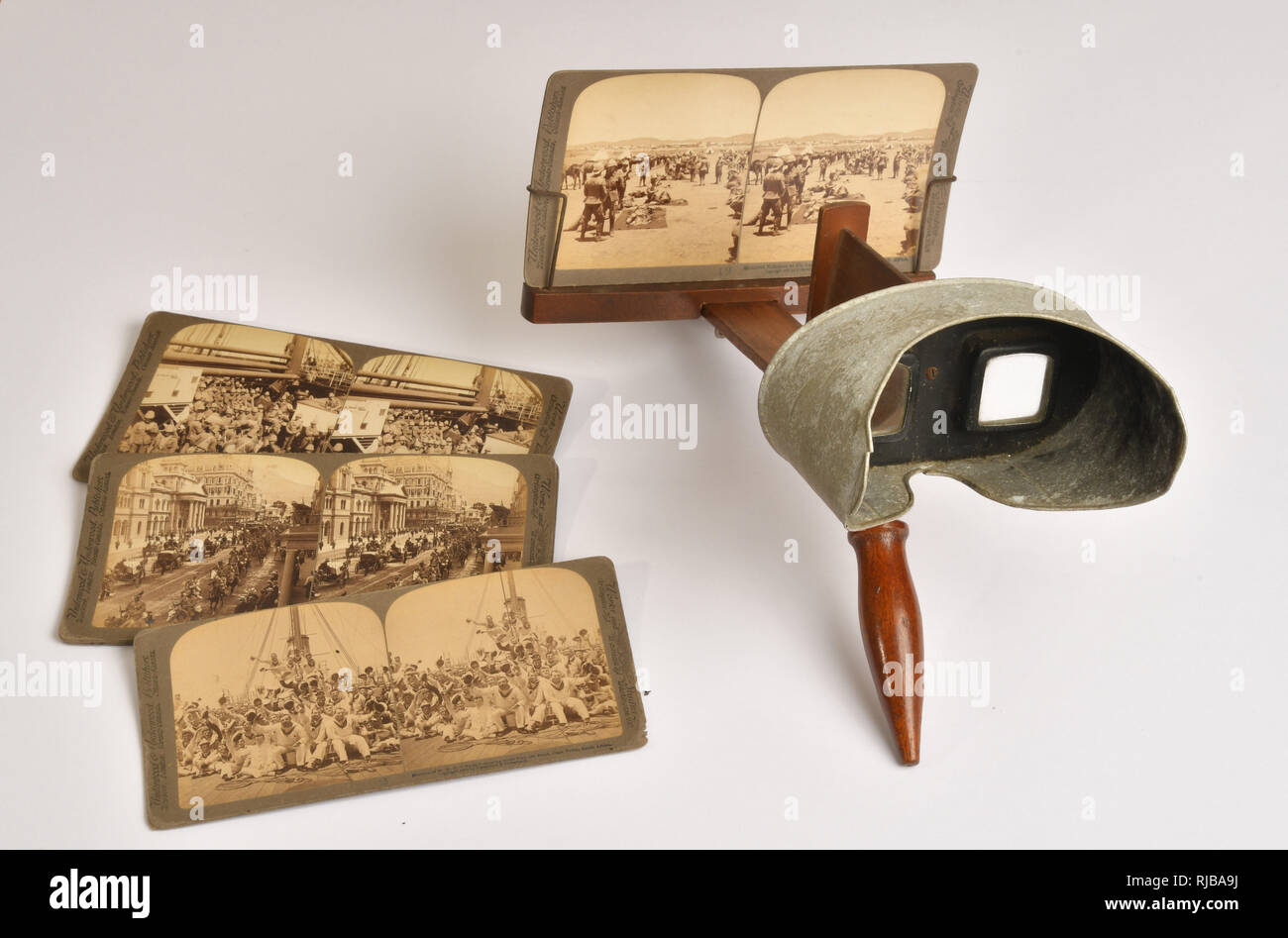 Victorian stereoscopic viewer with a view of troops in the South African War in the holder.Other cards in the set depicting that conflict. - Stock Image