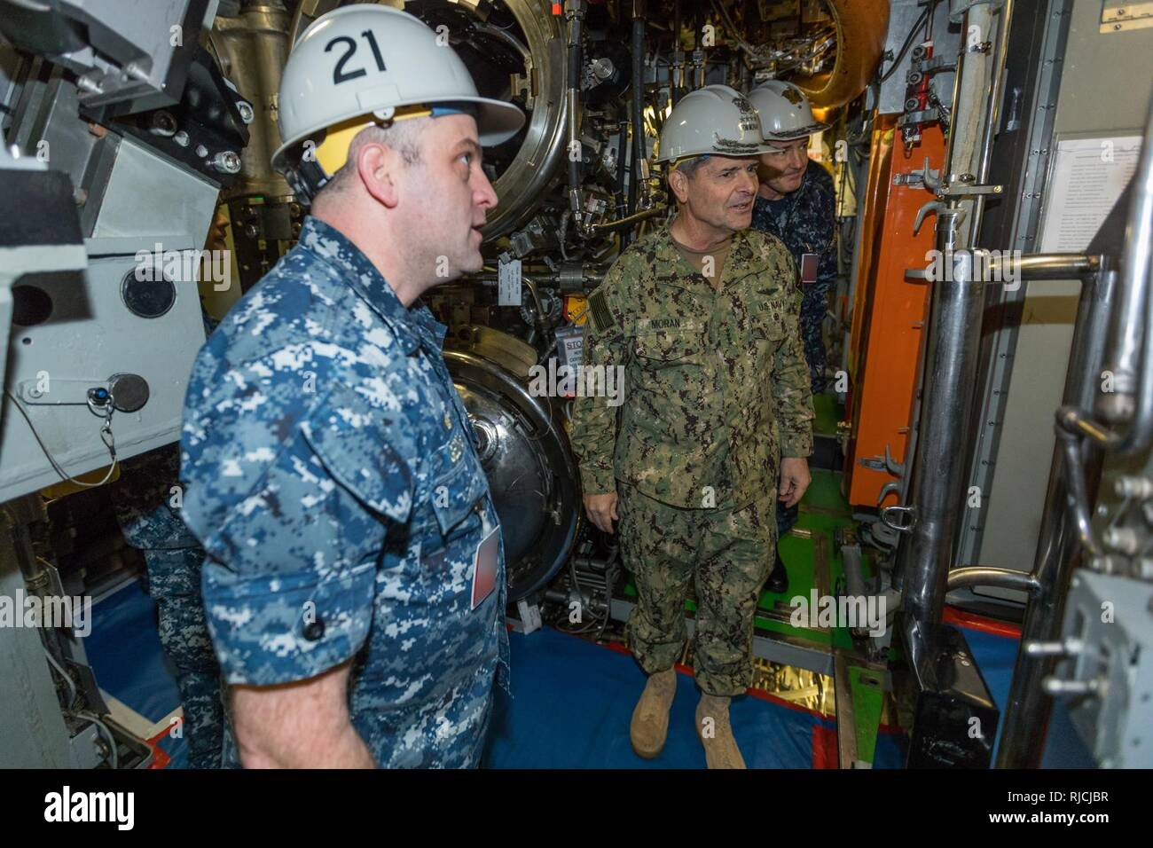 BREMERTON (Jan. 12, 2018) Cmdr. Christopher George, commanding officer USS Seawolf (SSN 21) gives tour to Vice Chief of Naval Operations (VCNO) Adm. Moran and Commander, Submarine Group 9, Rear Adm. Blake Converse in Bremerton, Wash. During his visit, Moran toured the Seawolf-class fast-attack submarine USS Seawolf (SSN 21) and met with Sailors and Department of Defense civilians. - Stock Image