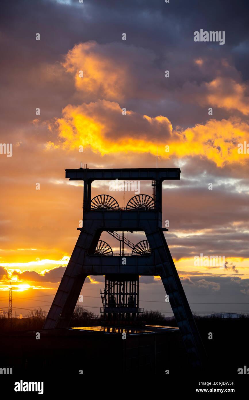 Zeche Ewald, stillgelegtes Steinkohlen-Bergwerk, Heute ein Mix aus Freizeit, Industrie, Gewerbe und Kulturpark, Gewitterwolken am Abend  über Doppelbo - Stock Image