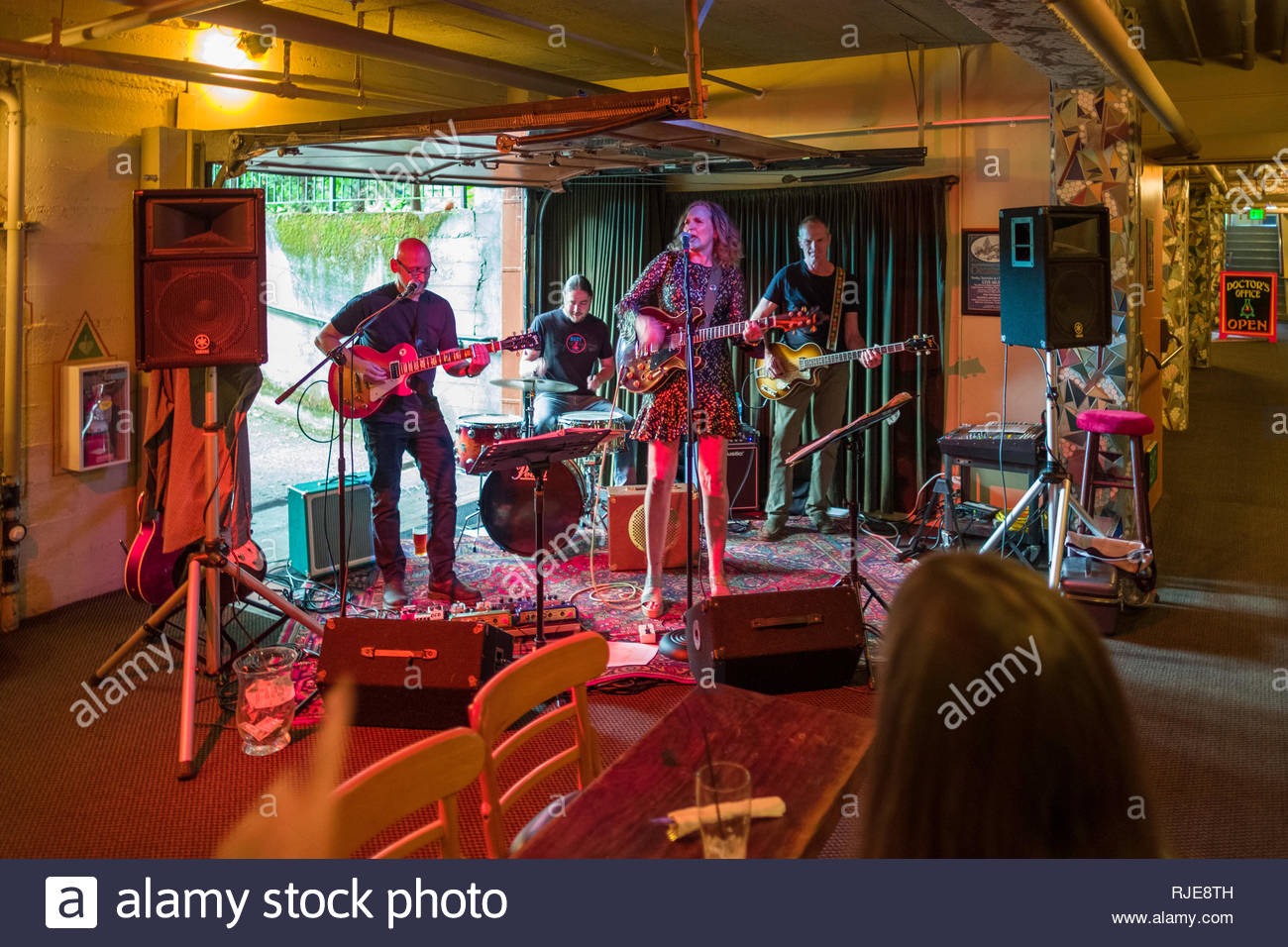 Female singer and musicians performing live music in the basement of the McMenamins Grand Lodge, Forest Grove, Washington County, Oregon, USA - Stock Image