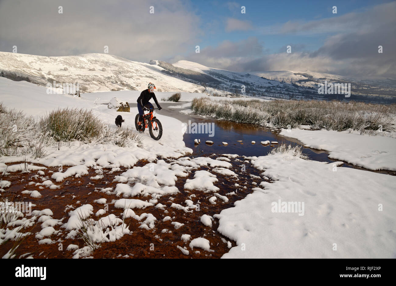 Mountain biker on a fatbike in the Peak District National Park. Climbing Mam Tor hill in the Hope valley. Stock Photo