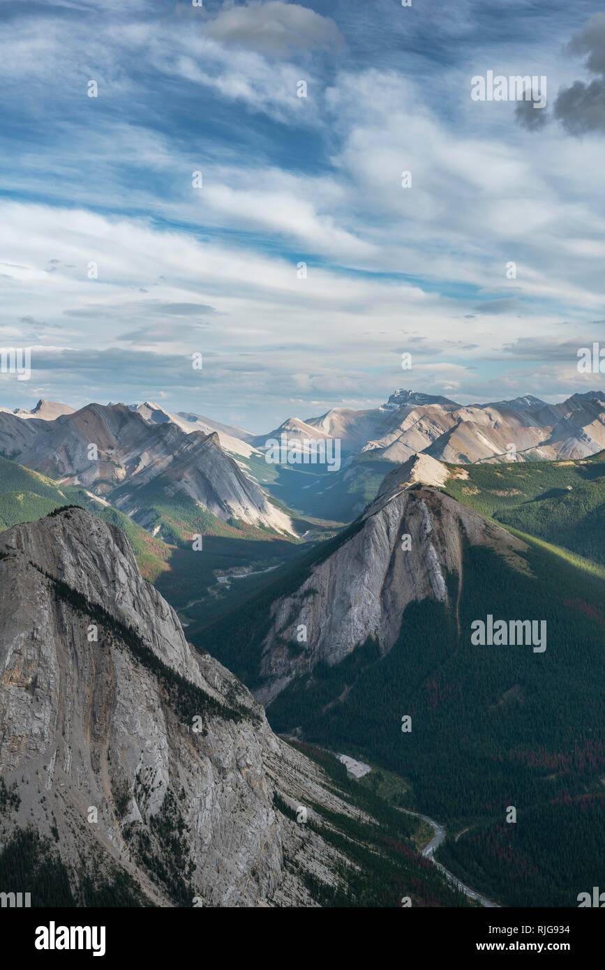 Spectacular views from Sulphur Skyline Trail to mountain landscape with river valley, peaks and unspoilt nature, panoramic views - Stock Image