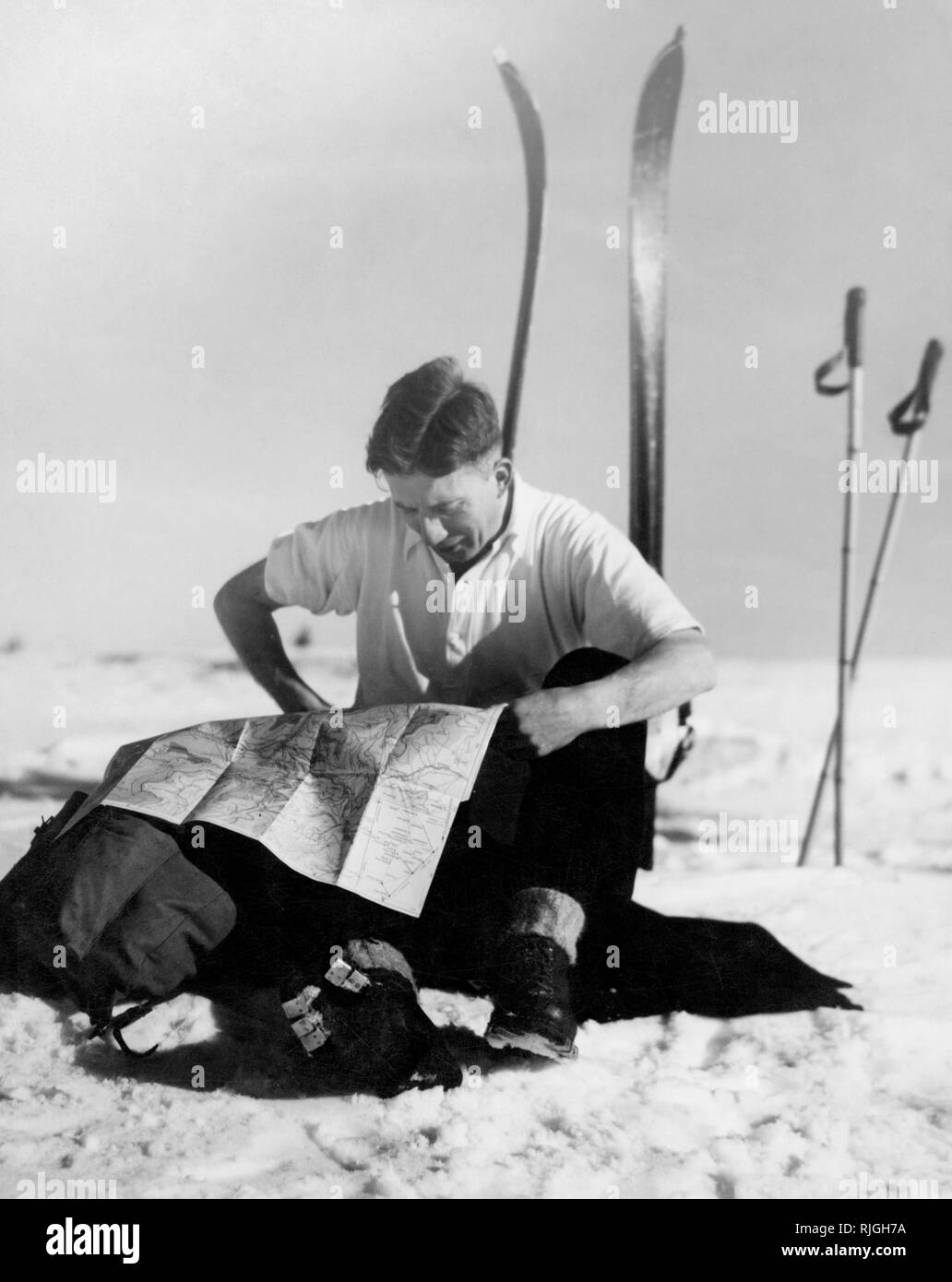 sport, skier reading a map, 1950 - Stock Image