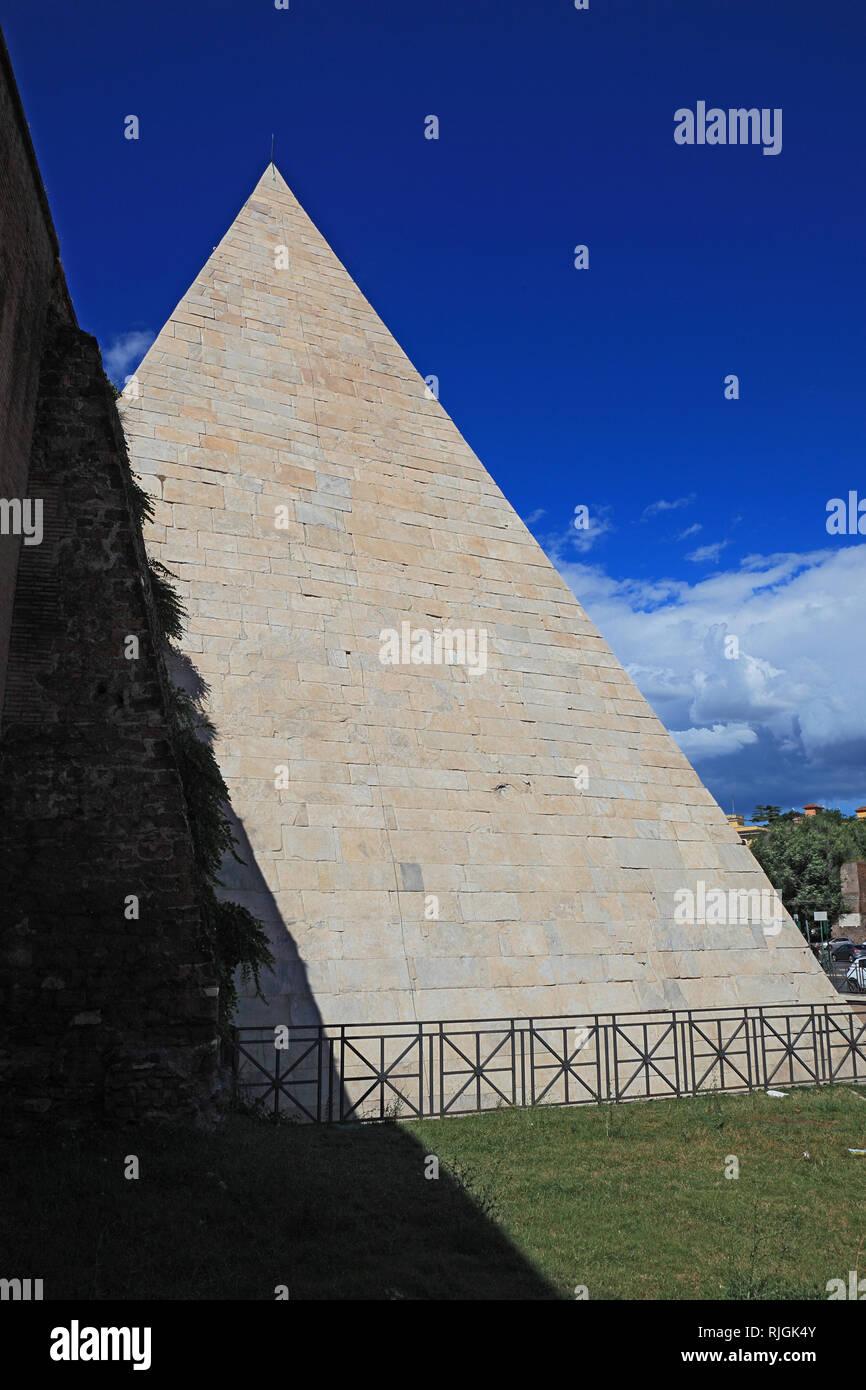 Pyramid of Cestius, Piramide di Caio Cestio or Piramide Cestia, built as a tomb for Gaius Cestius, Rome, Italy Stock Photo