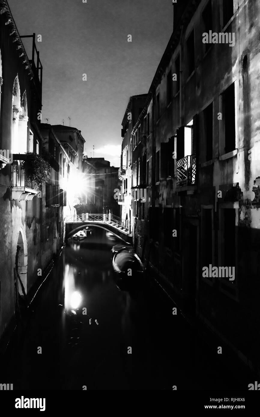 Nachtaufnahme in den Seitenkanälen der Lagunenstadt, Venedig, Venetien, Italien, Südeuropa - Stock Image