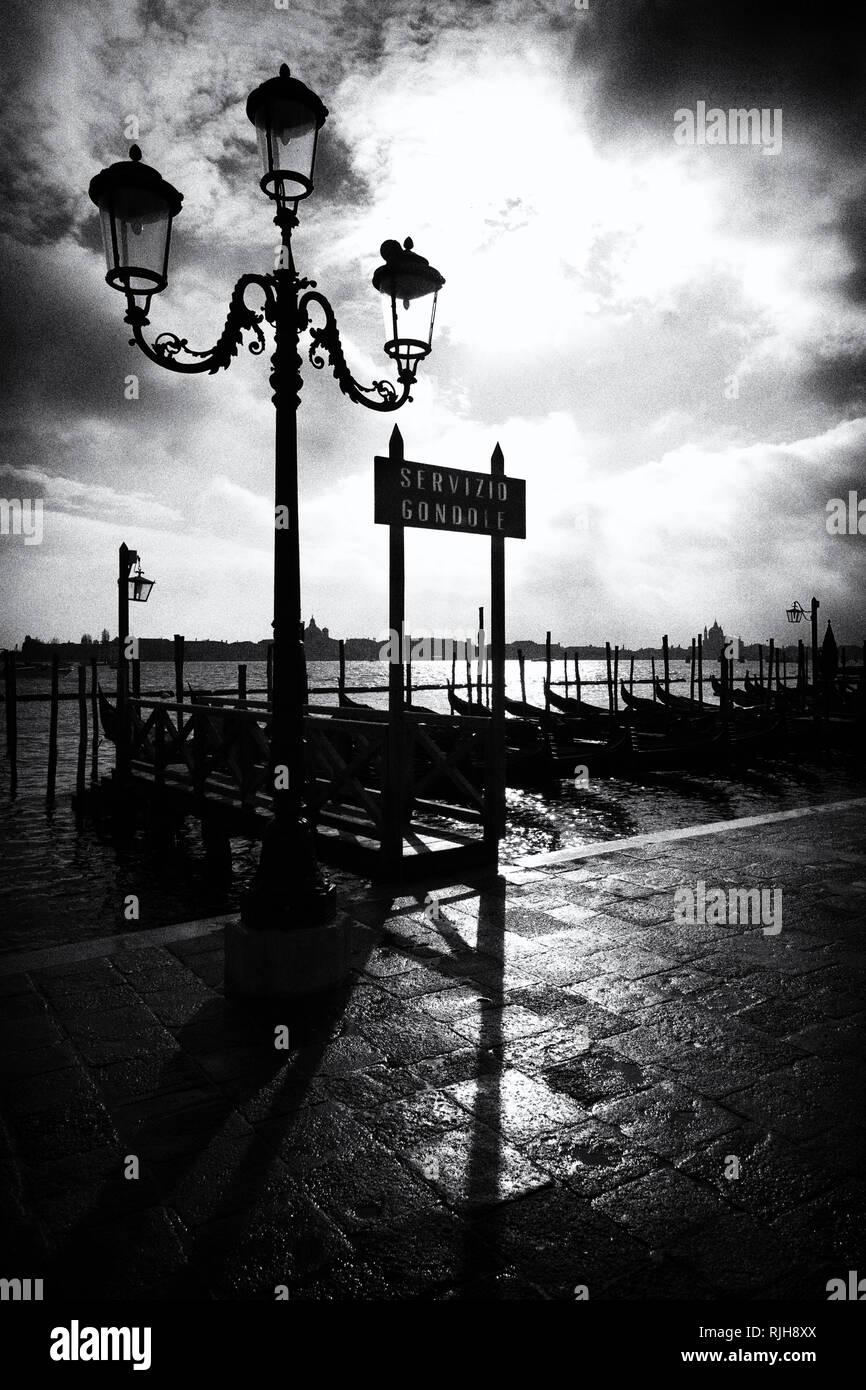 Gondeln in Venedig, Uferpromenade Riva degli Schiavoni, Venedig, Italien, - Stock Image