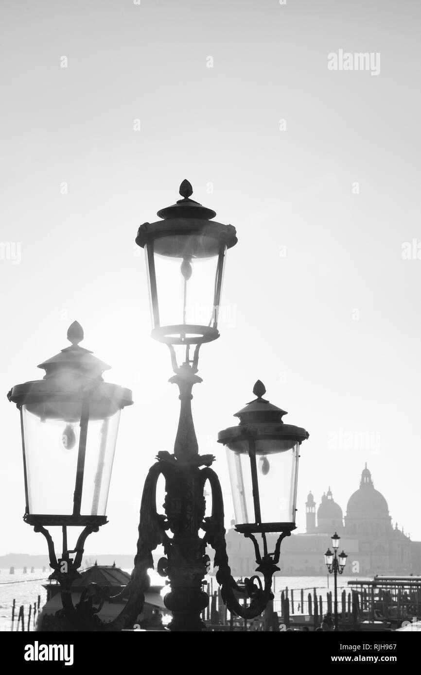 Laternen an der Uferpromenade Riva degli Schiavoni, Blick auf die Isola di San Giorgio Maggiore, Venedig, Italien - Stock Image
