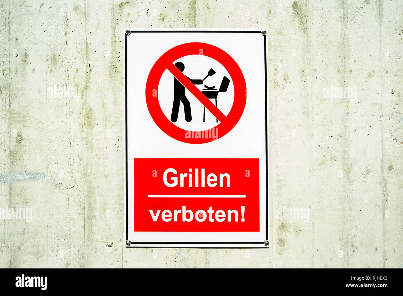 sign: with pictogram and text: 'Grillen verboten!', 'No grilling' - Stock Image