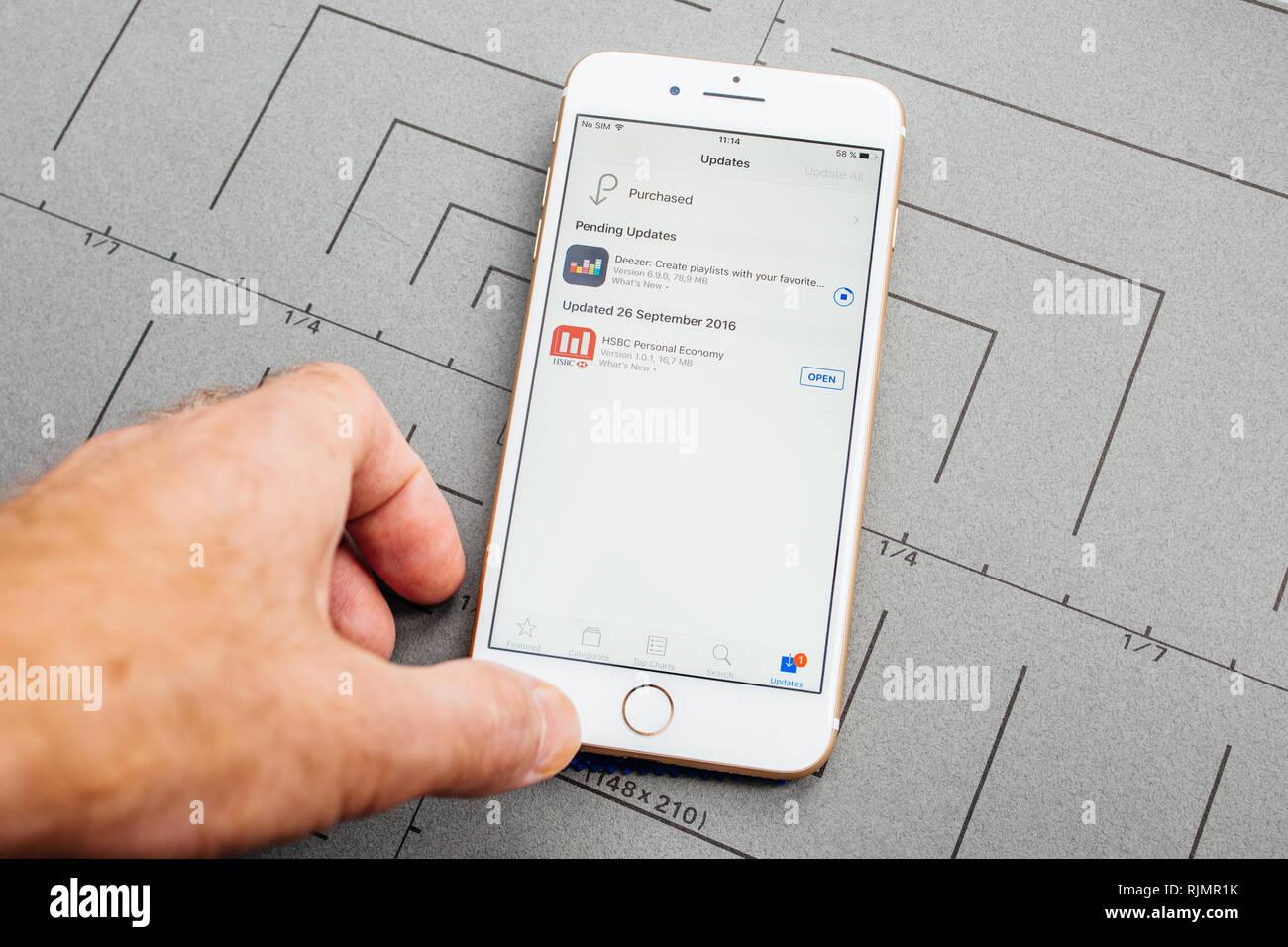 Hsbc Bank Mobile Banking App Stock Photos & Hsbc Bank Mobile Banking