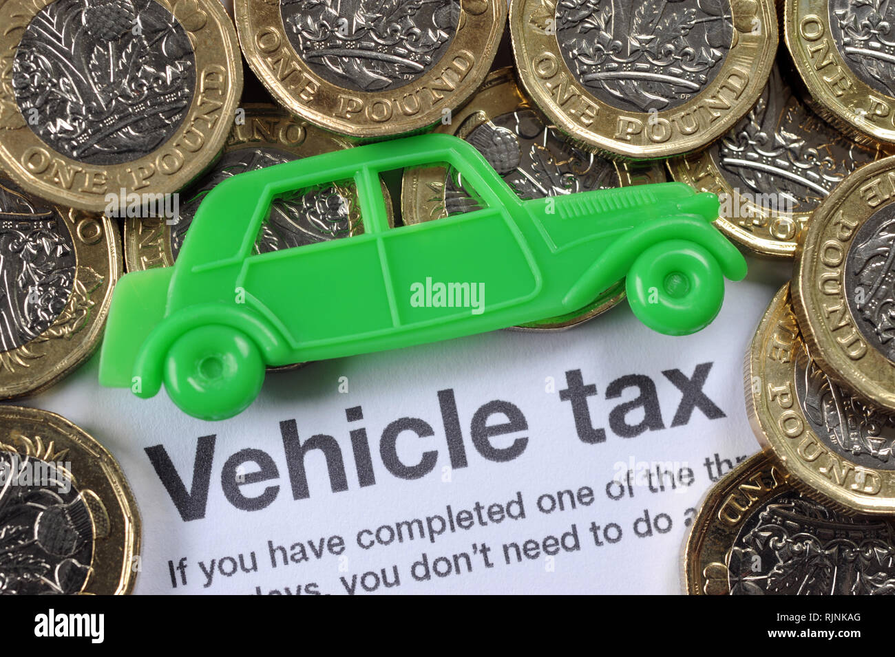 DVLA VEHICLE TAX FORM WITH CAR AND ONE POUND COINS RE HISTORIC CAR TAX PRICES EMISSIONS EXCISE LICENSE DUTY VINTAGE ETC UK - Stock Image