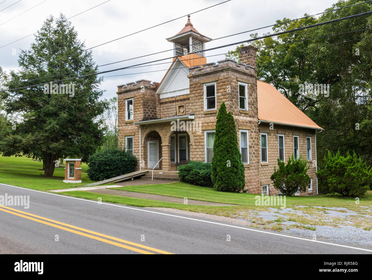 CHUCKEY, TN, USA-10/2/18: The Upper Room, a rural church in Chuckey, TN, built in 1910, now stands empty. - Stock Image