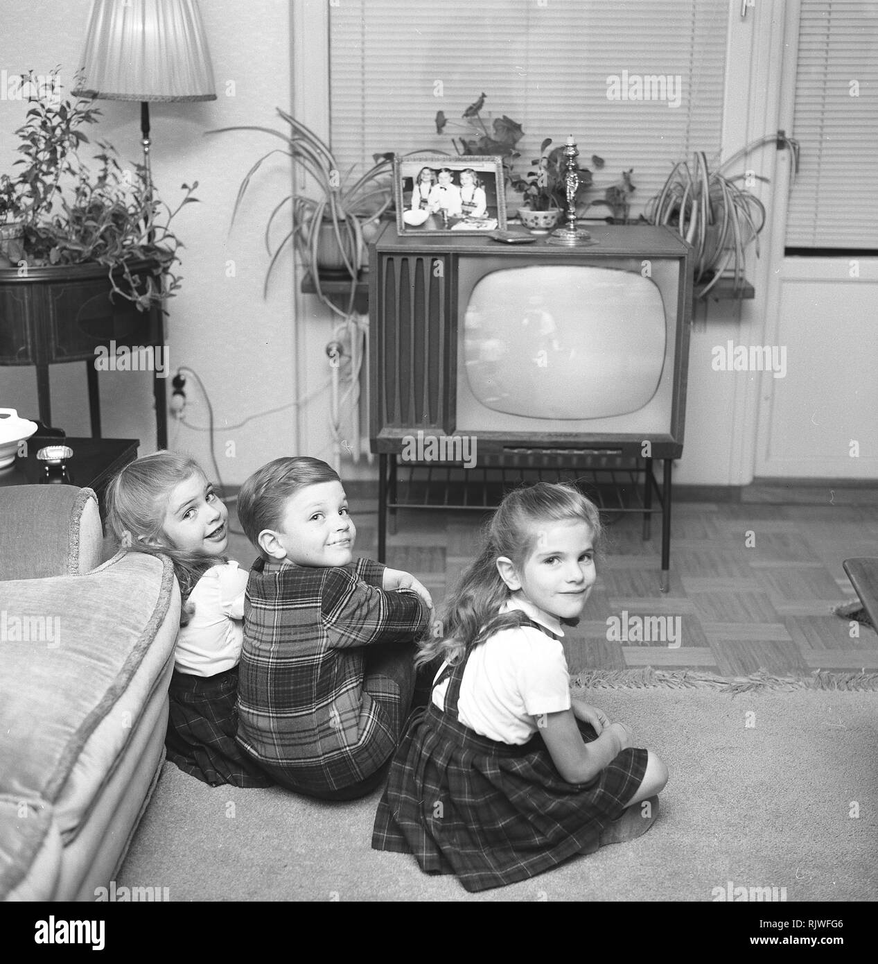 Television in the 1950s. Three children are sitting in front of a television set watching the program. Photo Kristoffersson ref CL23-5 Sweden 1957 - Stock Image