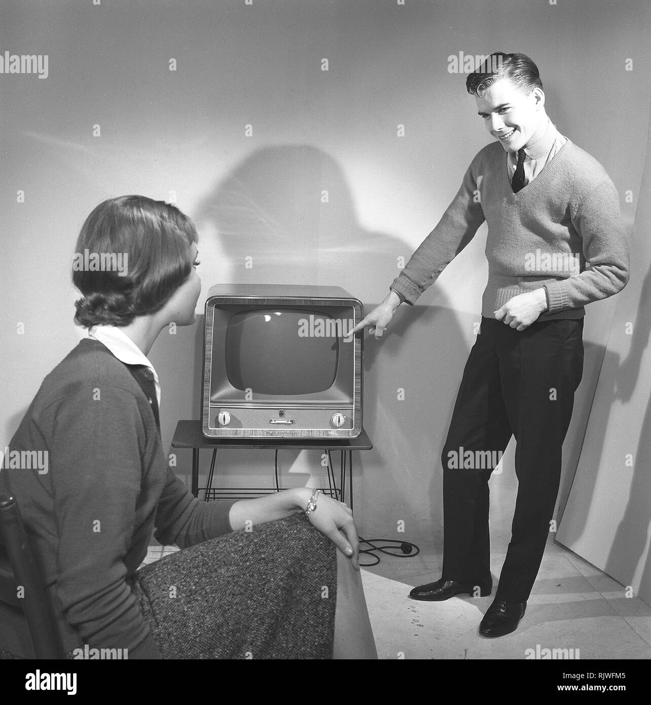 Television in the 1950s. A young couple is pictured with a typical 50s television set.  Photo Kristoffersson ref CC94-3. Sweden 1958 Stock Photo