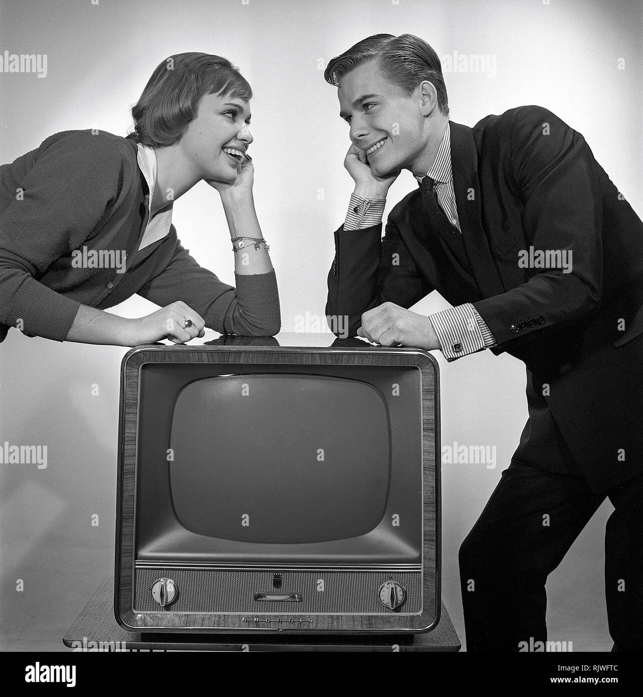 Television in the 1950s. A young couple is pictured beside a typical 50s television set.  Photo Kristoffersson ref CC93-3. Sweden 1958 - Stock Image
