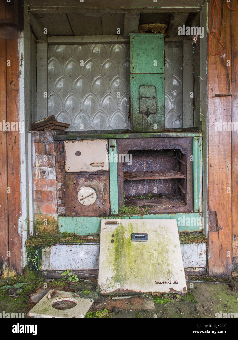 Derelict decaying rusting Shacklock 501 wood stove coal range, Ahu Ahu Ohu, Ahuahu Valley, Whanganui River, New Zealand - Stock Image