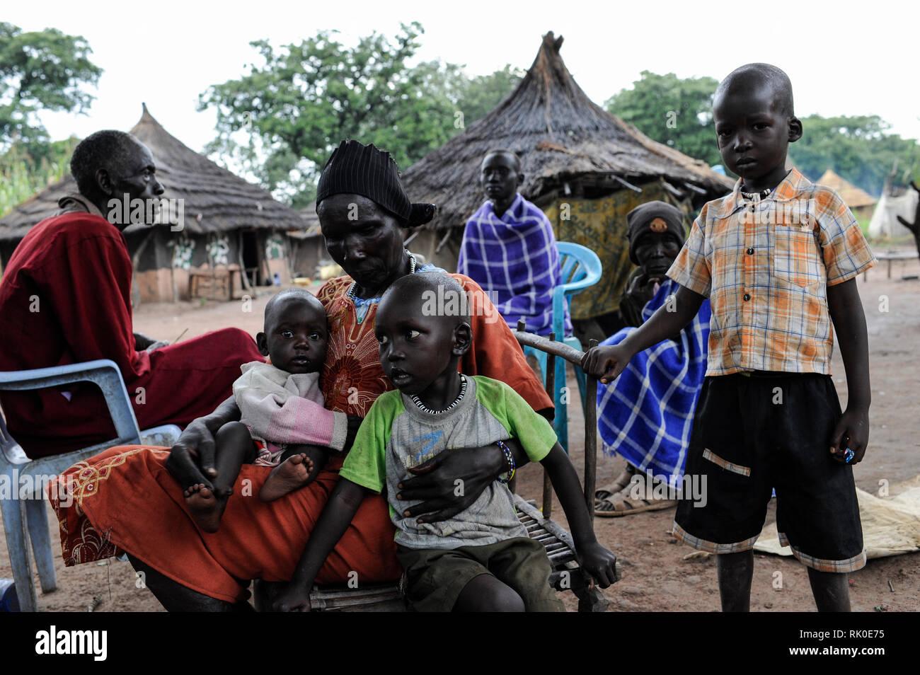 SOUTH SUDAN, Lakes State, village Mapuordit, Dinka family with five children/ SUED-SUDAN, Bahr el Ghazal region , Lakes State, Dorf Mapuordit, Dinka Familie mit Kindern - Stock Image