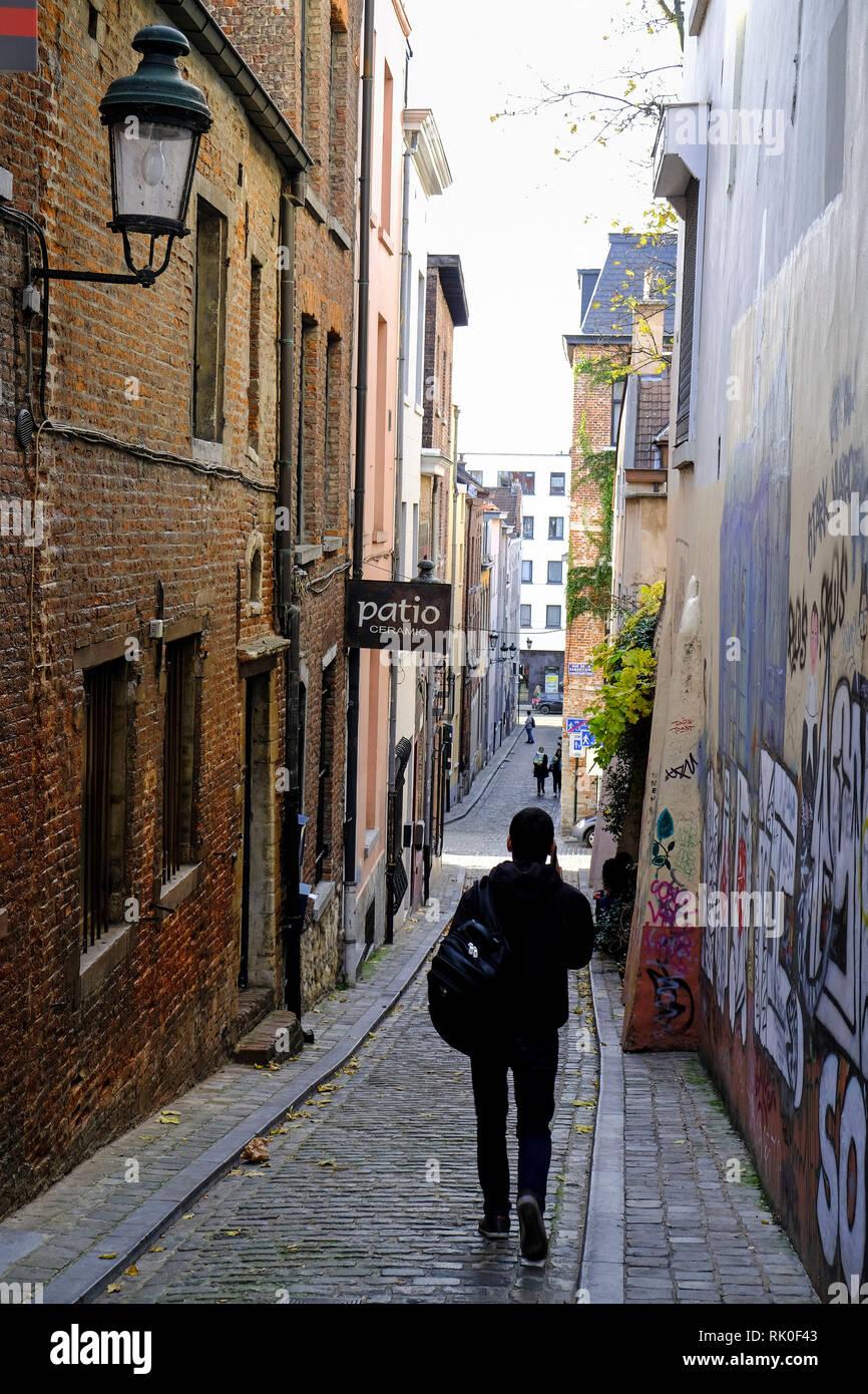 14.11.2018, Bruessel, Belgien - eine schmale Gasse im Quartier des Marolles, dem Viertel der kleinen Leute, die Unterstadt und Oberstadt verbindet Stock Photo