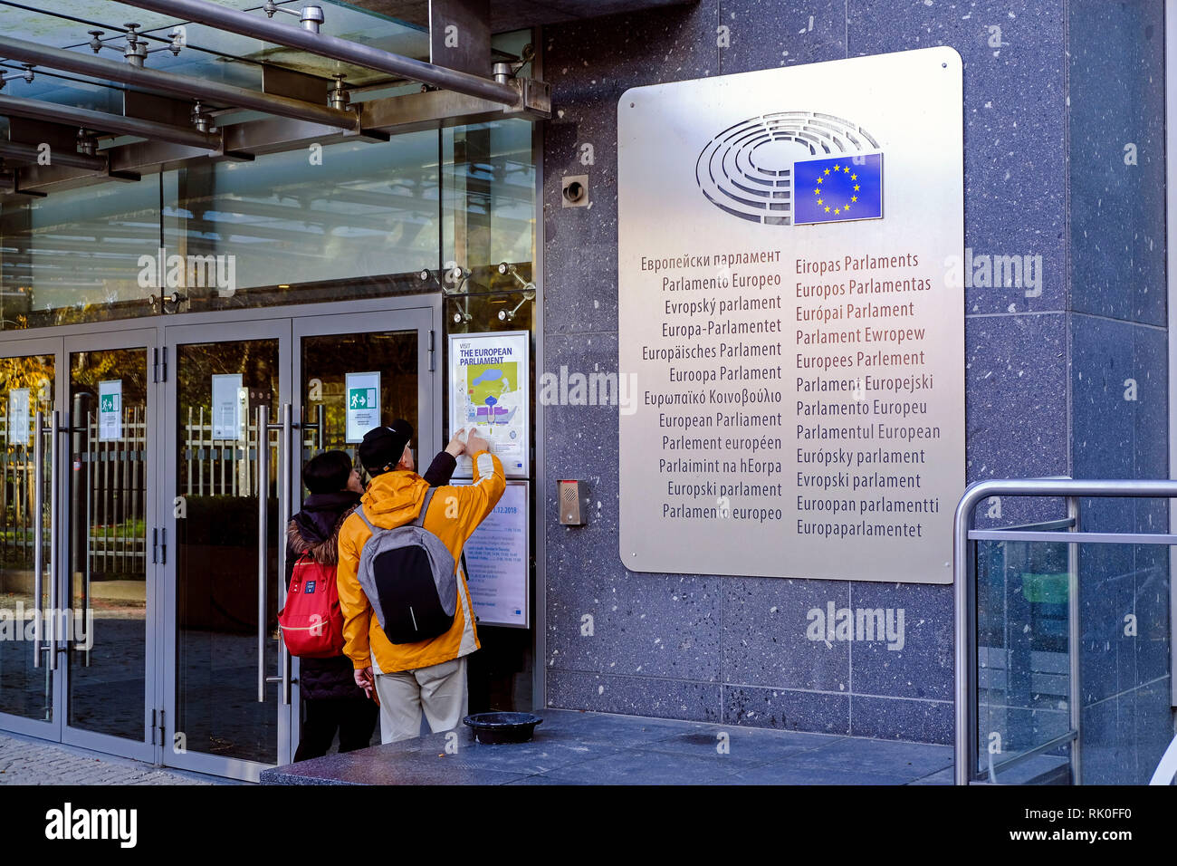 Brussels, Belgium - two people at the entrance to the European Parliament in Brussels, Brüssel, Belgien - zwei Personen am Besuchereingang des Europae - Stock Image