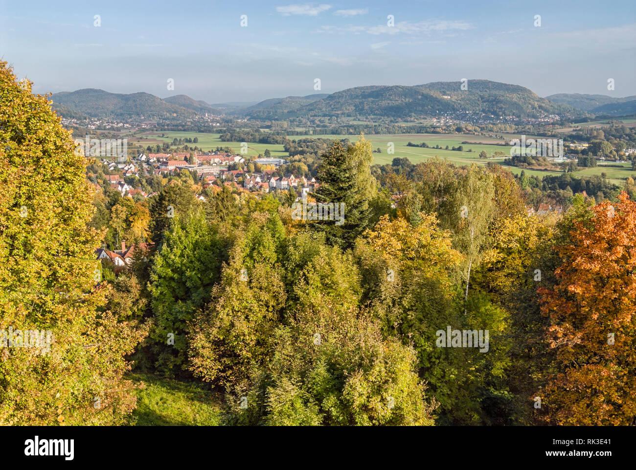 Farbenfrohe Herbstlandschaft im Naturpark Hersbrucker Schweiz, Bayern, Deutschland | Colorful Autumn Landscape with view over Hersbruck Stock Photo