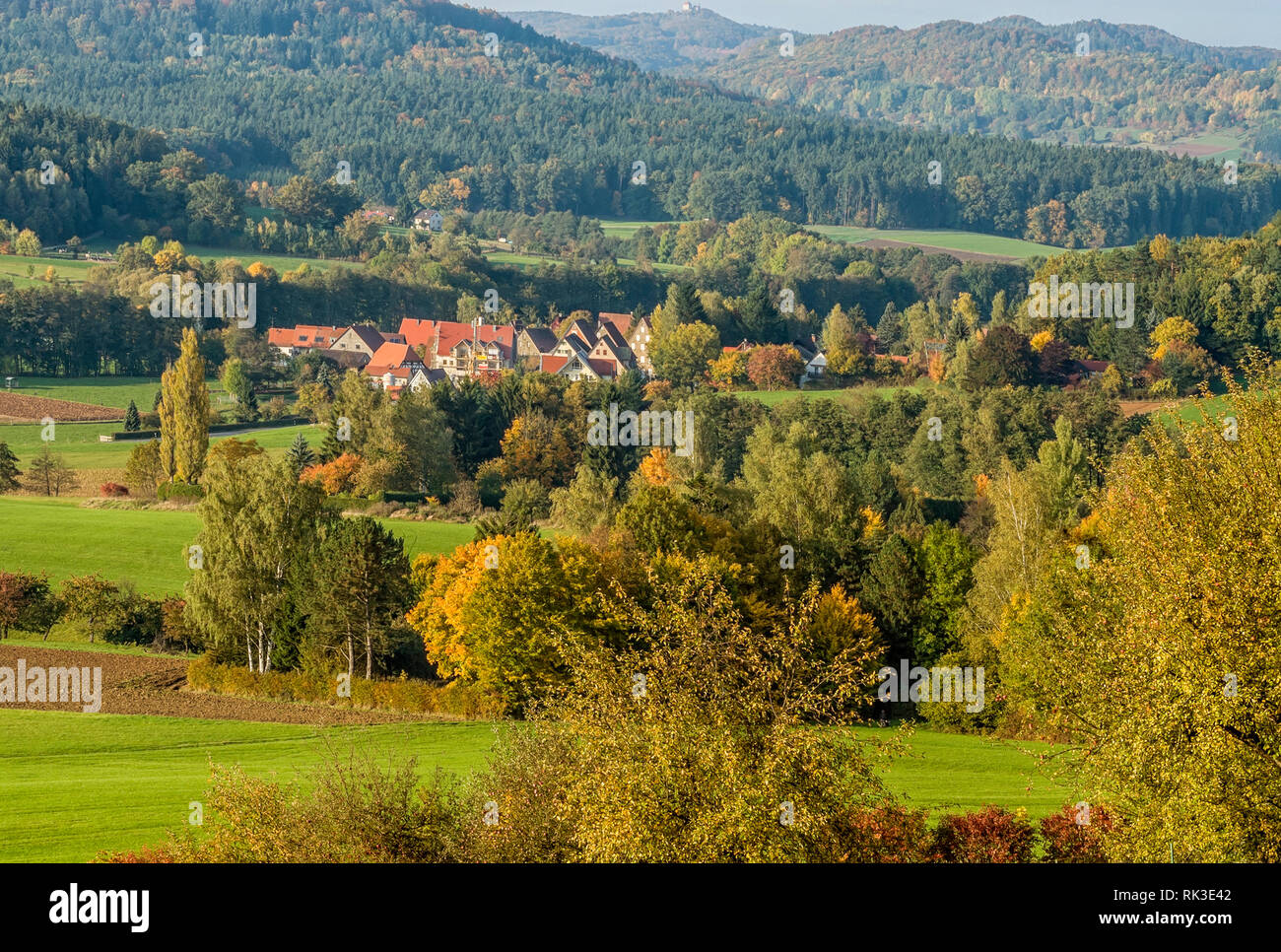 Farbenfrohe Herbstlandschaft im Naturpark Hersbrucker Schweiz, Bayern, Deutschland | Colorful Autumn Landscape with view over Hersbruck - Stock Image