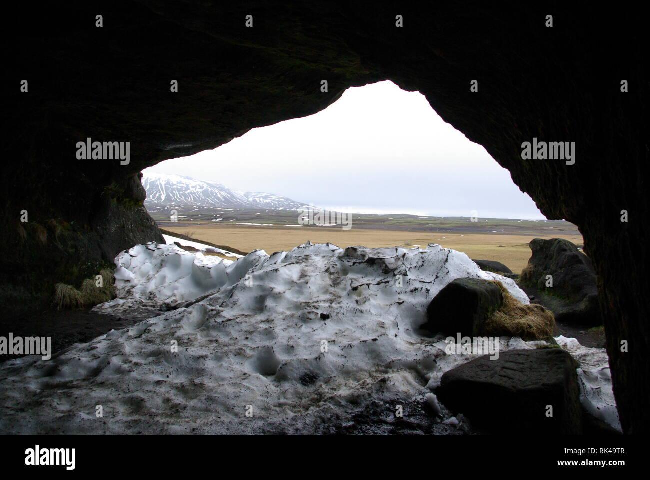 Blick aus einer Höhle in die Landschaft - Stock Image