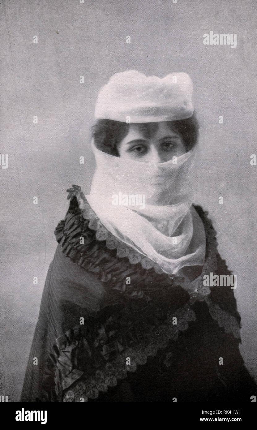 Turkish lady wearing the yashmak and feridje. Photo. Beginning of the 20th century. - Stock Image